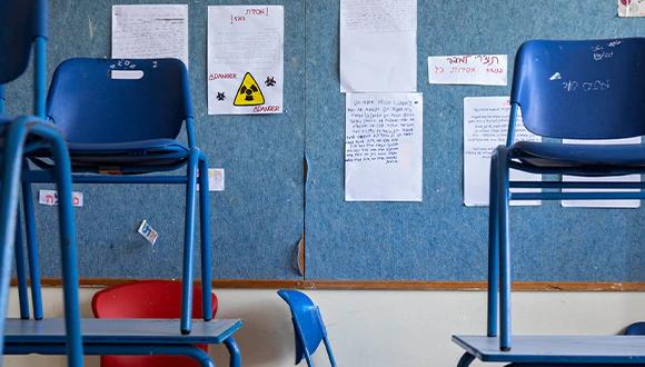 כיתה נטושה לאחר שמערכת החינוך בארץ הושבתה / צילום: Oded Balilty, Associated Press