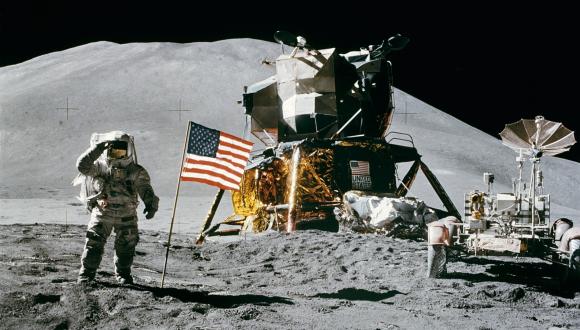 אסטרונאוט על הירח. בצד דגל ארצות-הברית והחללית