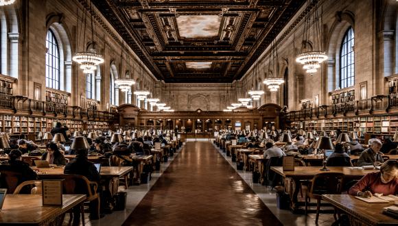 ספרייה בסגנון ויקטוריאני עם אנשים שלומדים בה
